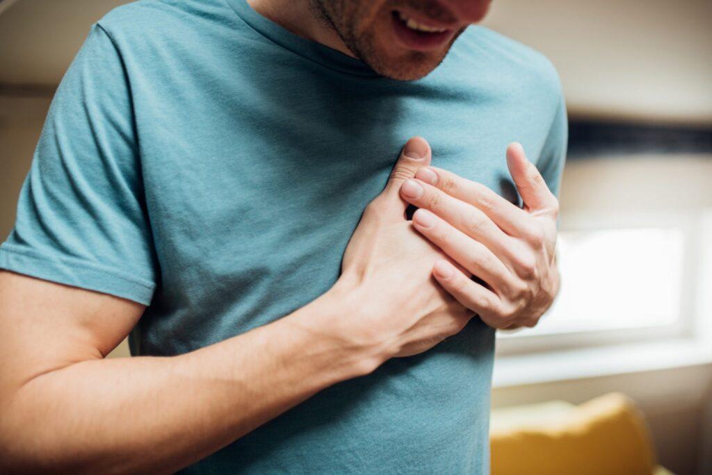 1. kép - a szívinfarktus (szívroham) egyik jellegzetes tünete a mellkasi fájdalom lehet