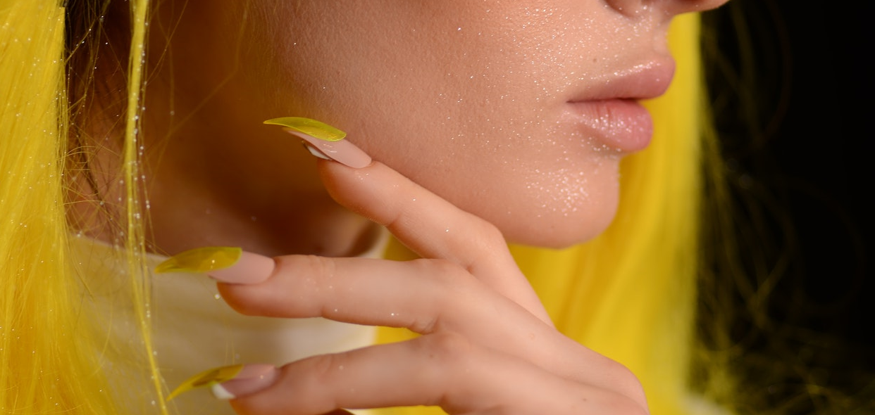 Hogyan ismerjük fel a sárga köröm szindróma tüneteit?